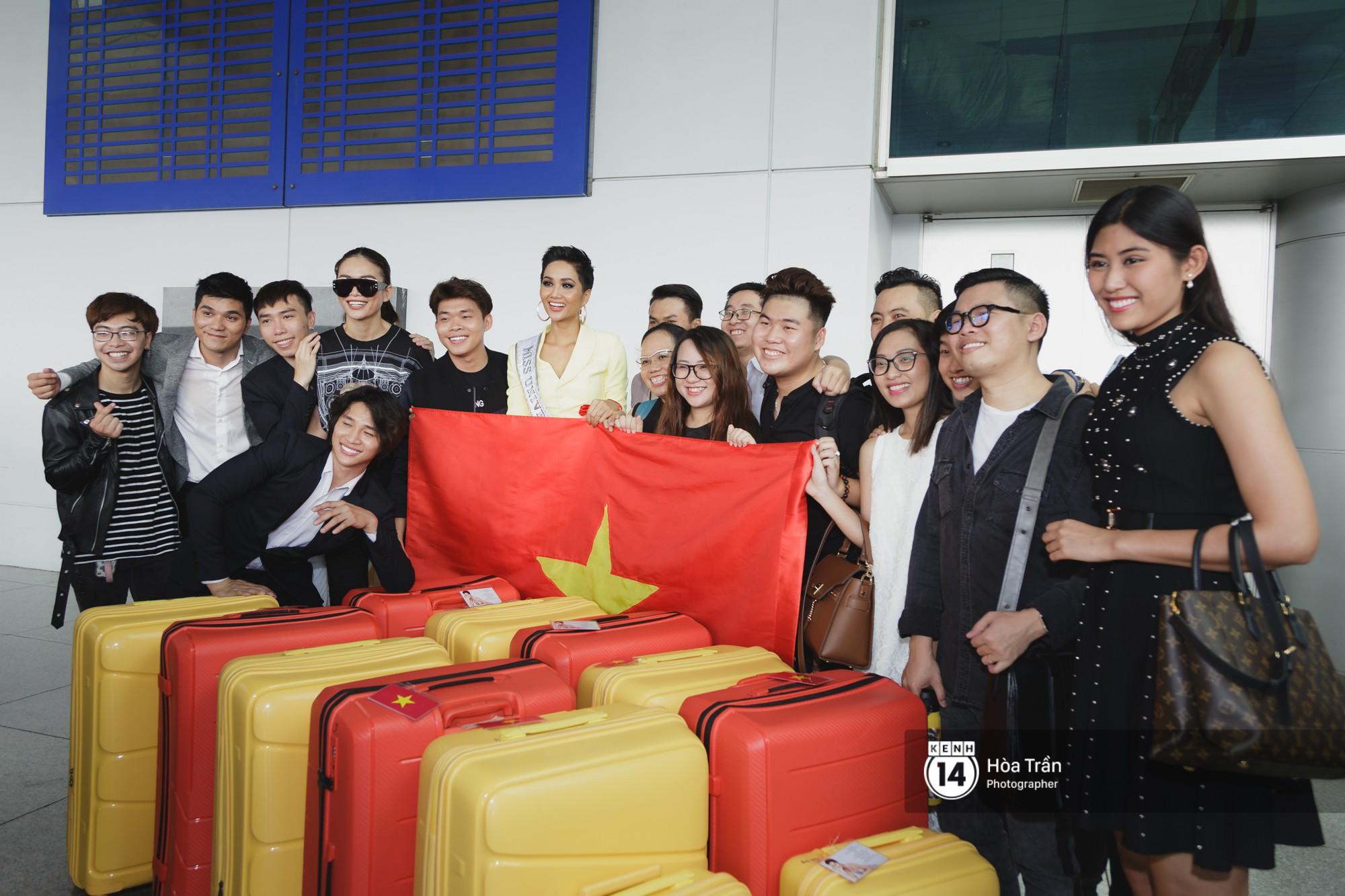Gia đình HHen Niê diện trang phục người Ê-Đê, tiễn chân con gái bản làng đến Thái tham dự Miss Universe - Ảnh 14.