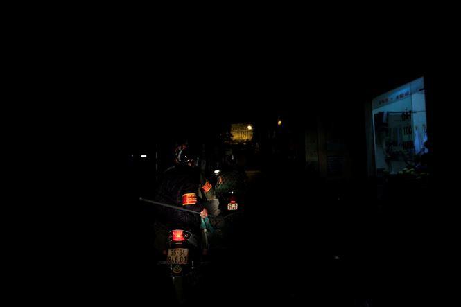Tờ mờ sáng, theo chân đội bắt chó thả rông ở Hà Nội - Ảnh 4.