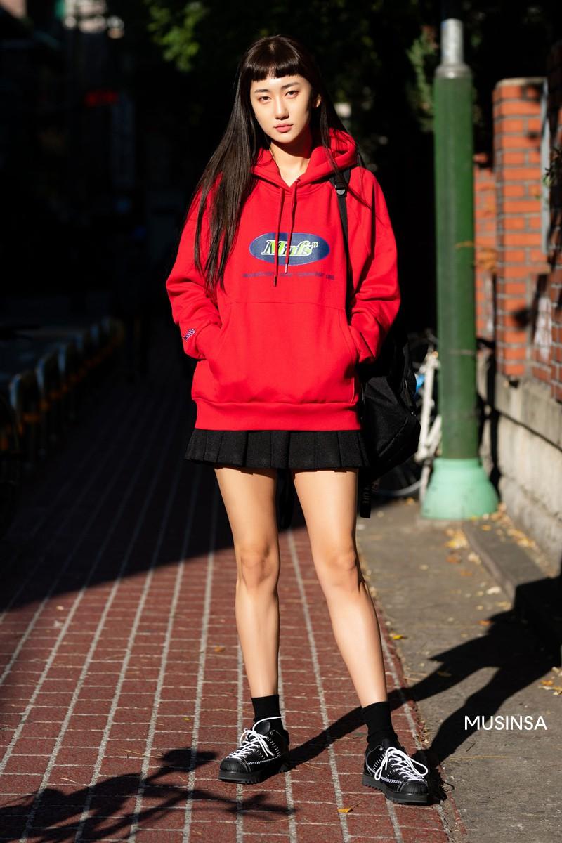Street style giới trẻ Hàn tuần qua chứng minh: mix đồ đơn giản, thoải mái luôn là đẹp và cool nhất - Ảnh 1.