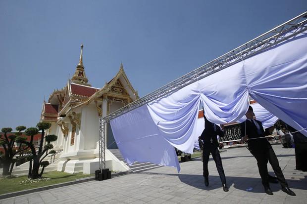 Thi hài Chủ tịch Vichai và Á hậu Thái Lan xấu số đã được đưa về quê nhà, lễ tang ông Vichai bắt đầu từ hôm nay - Ảnh 2.