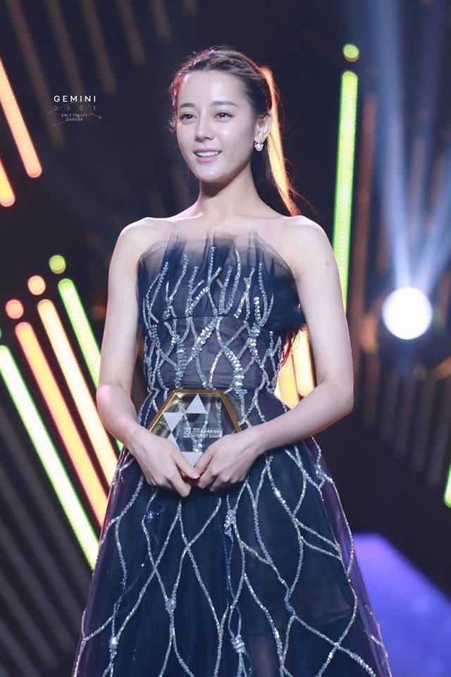 """Cùng diện váy công chúa: Angela Baby, Triệu Lệ Dĩnh, Nhiệt Ba đều """"thua"""" Meghan Markle - Ảnh 3."""