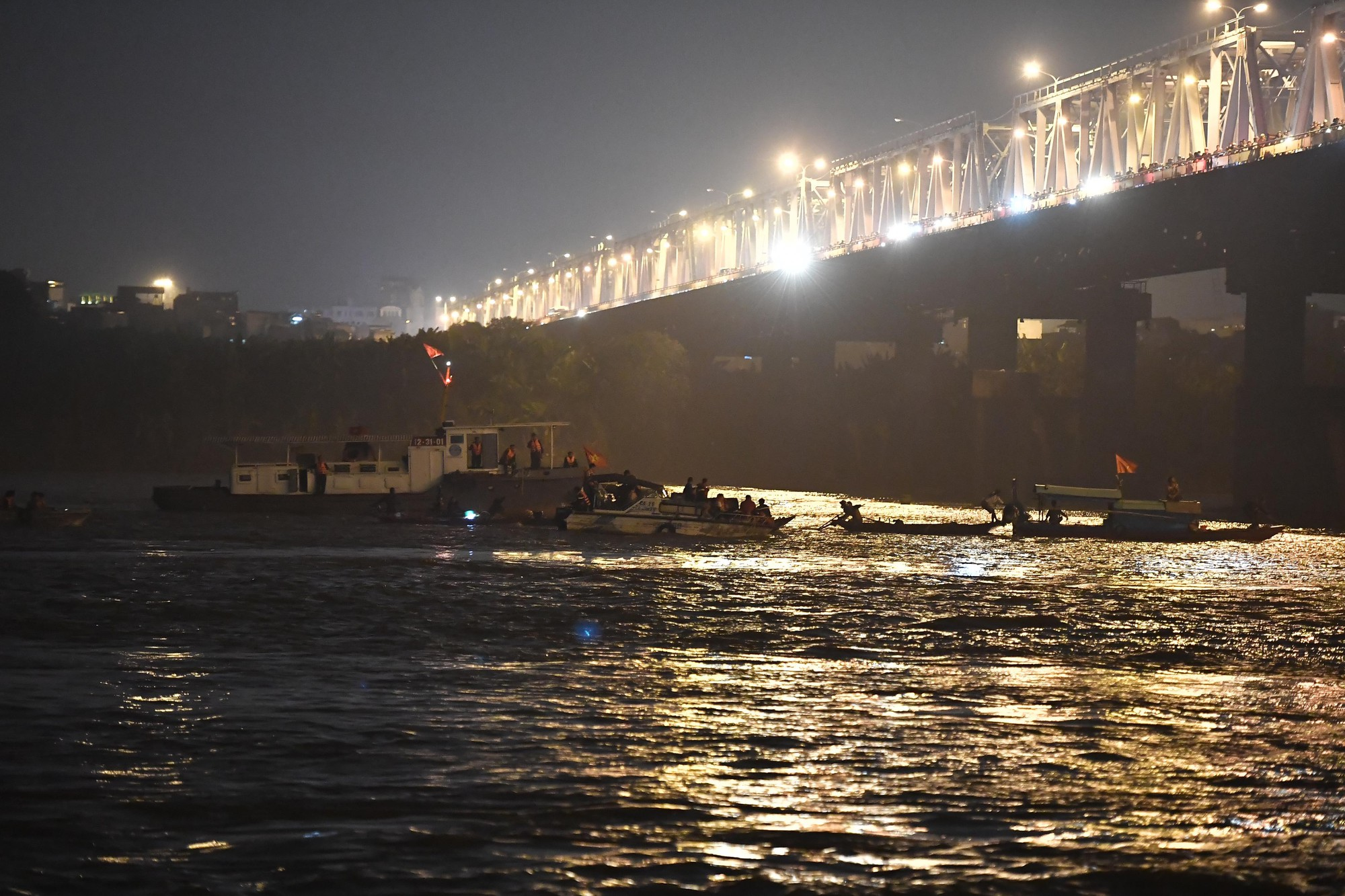 Nóng: Ô tô Mercedes bất ngờ đâm gãy thành cầu Chương Dương rồi lao xuống sông Hồng, 5 ca nô được huy động tìm kiếm các nạn nhân - Ảnh 12.