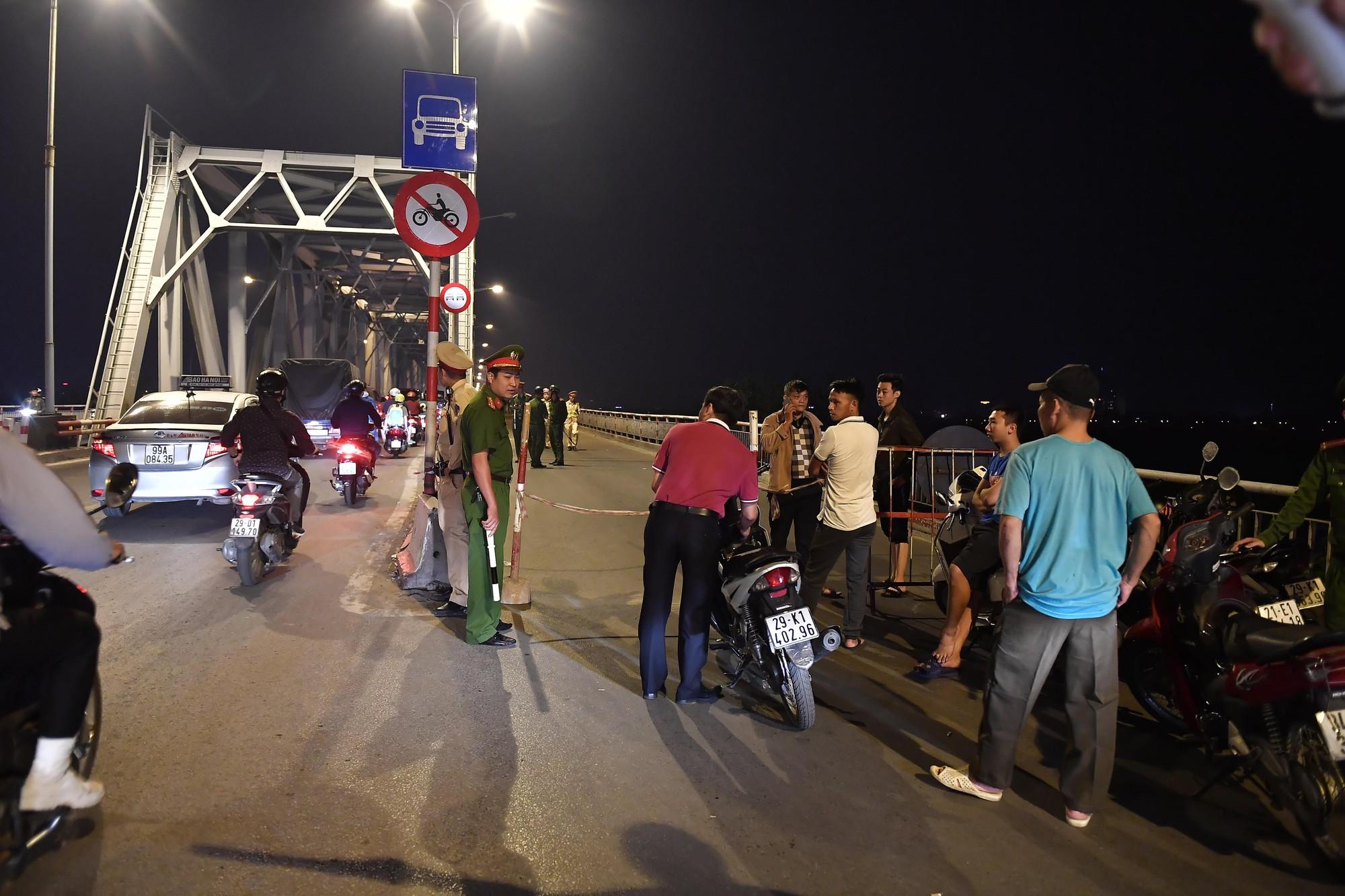 Nóng: Ô tô Mercedes bất ngờ đâm gãy thành cầu Chương Dương rồi lao xuống sông Hồng, 5 ca nô được huy động tìm kiếm các nạn nhân - Ảnh 8.