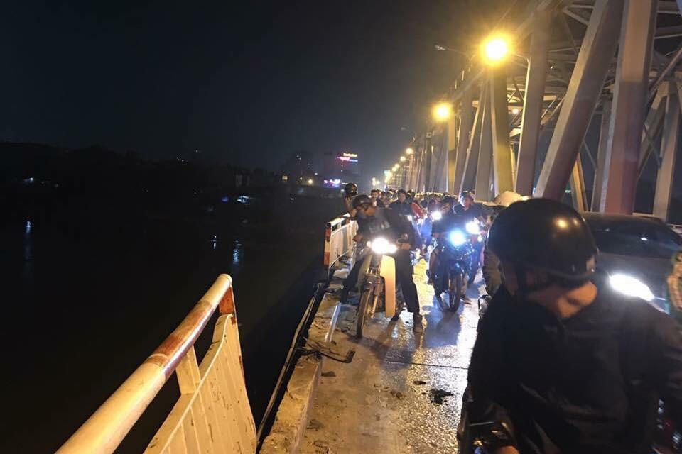 Ô tô 4 chỗ nghi do đạp nhầm chân ga đâm gãy lan can cầu Chương Dương rơi thẳng xuống sông Hồng