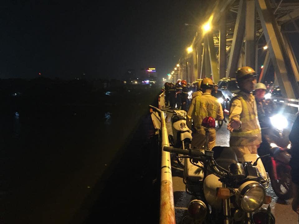 Nóng: Tìm thấy mảnh vỡ nghi của chiếc ô tô 4 chỗ lao từ cầu Chương Dương xuống sông Hồng