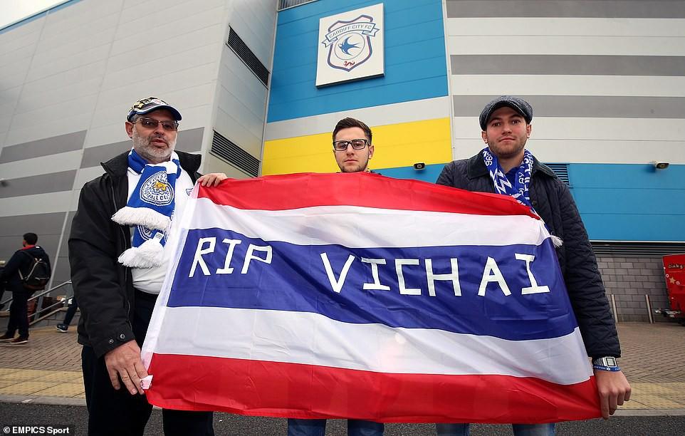 Chiếc áo đặc biệt tưởng nhớ ông Vichai và những hình ảnh đầy xúc động trong trận đầu tiên của Leicester sau thảm kịch - Ảnh 3.
