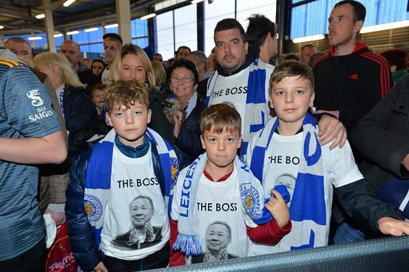 Chiếc áo đặc biệt tưởng nhớ ông Vichai và những hình ảnh đầy xúc động trong trận đầu tiên của Leicester sau thảm kịch - Ảnh 6.