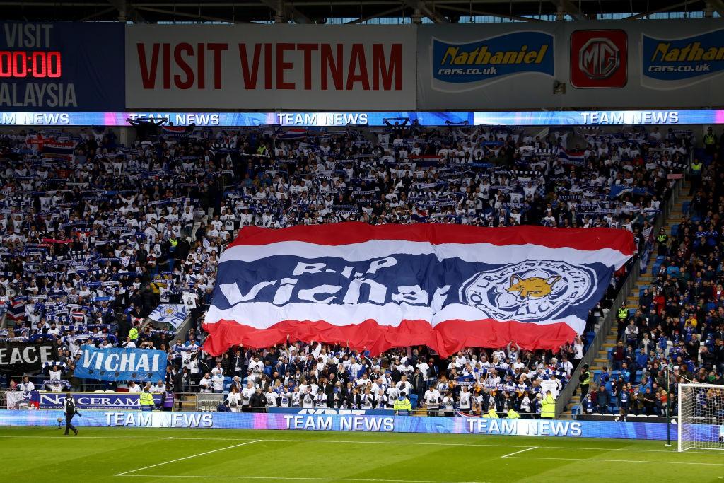 Chiếc áo đặc biệt tưởng nhớ ông Vichai và những hình ảnh đầy xúc động trong trận đầu tiên của Leicester sau thảm kịch - Ảnh 13.