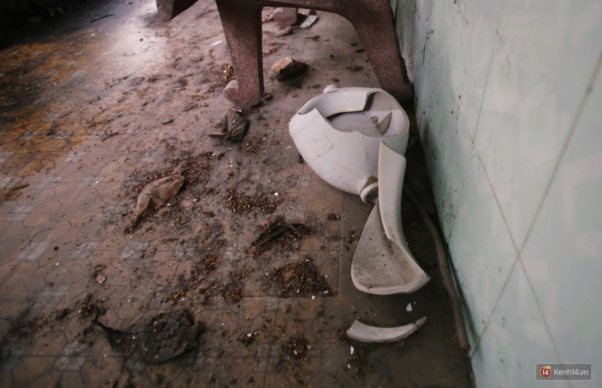 Cảnh hoang tàn bên trong ngôi trường tiểu học bị bỏ hoang hơn 3 năm ở Sài Gòn - Ảnh 11.