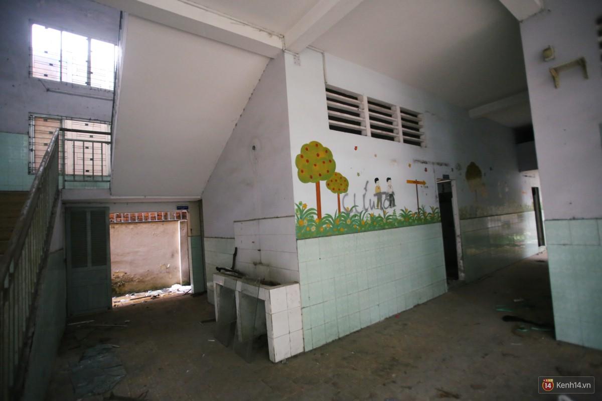 Cảnh hoang tàn bên trong ngôi trường tiểu học bị bỏ hoang hơn 3 năm ở Sài Gòn - Ảnh 10.
