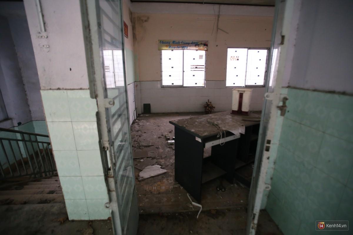Cảnh hoang tàn bên trong ngôi trường tiểu học bị bỏ hoang hơn 3 năm ở Sài Gòn - Ảnh 20.