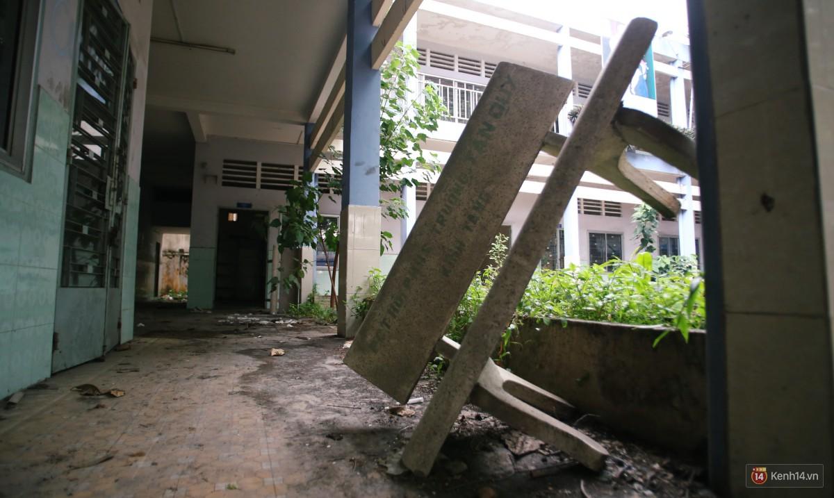 Cảnh hoang tàn bên trong ngôi trường tiểu học bị bỏ hoang hơn 3 năm ở Sài Gòn - Ảnh 5.