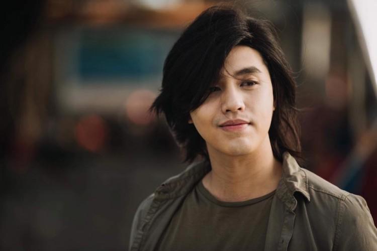 Hình ảnh Noo Phước Thịnh với mái tóc dài lãng tử đang khiến fan vô cùng tò mò và thích thú - Ảnh 1.