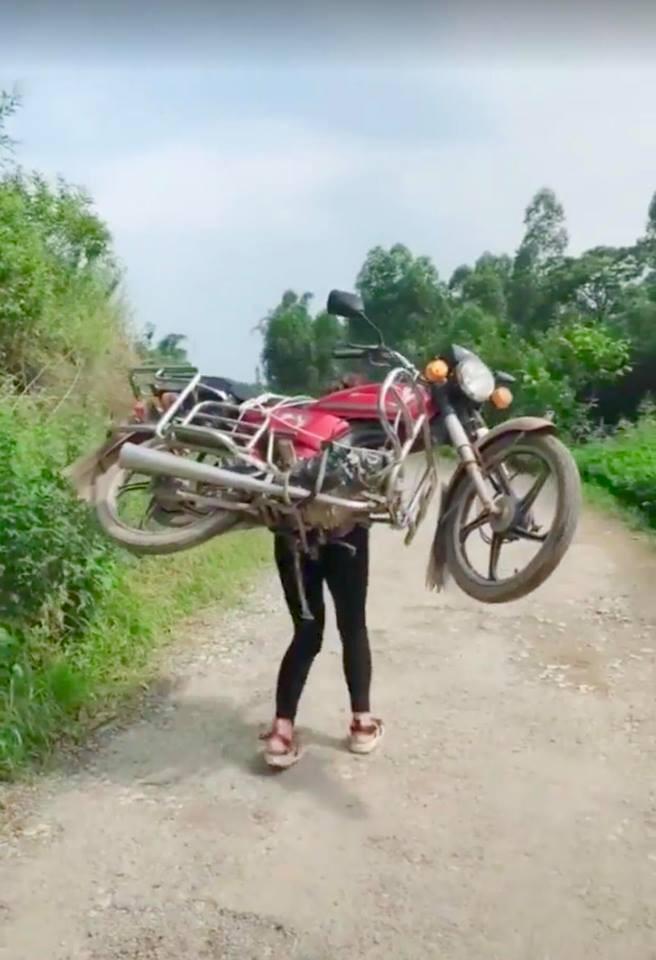 Cô gái cõng cả chiếc xe máy trên lưng nhẹ nhàng như một chiếc balo khiến cánh đàn ông thán phục - Ảnh 3.