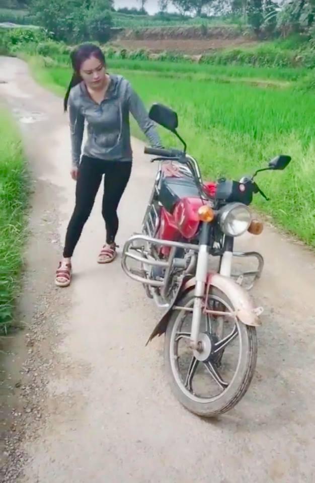 Cô gái cõng cả chiếc xe máy trên lưng nhẹ nhàng như một chiếc balo khiến cánh đàn ông thán phục - Ảnh 1.
