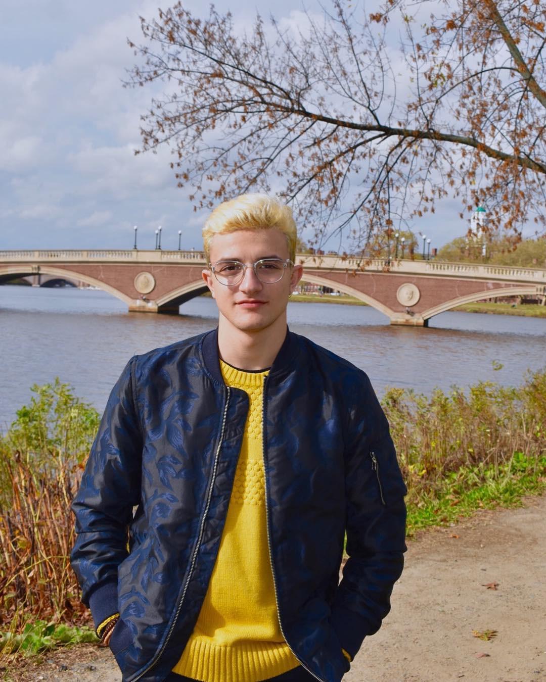 Nam sinh viên gây sốt MXH vì sở hữu combo đáng ghen tỵ: Đẹp trai, tốt nghiệp Harvard, bố là giáo sư - Ảnh 1.