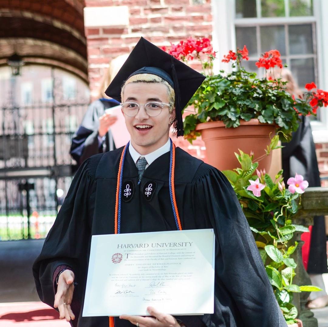 Nam sinh viên gây sốt MXH vì sở hữu combo đáng ghen tỵ: Đẹp trai, tốt nghiệp Harvard, bố là giáo sư - Ảnh 2.