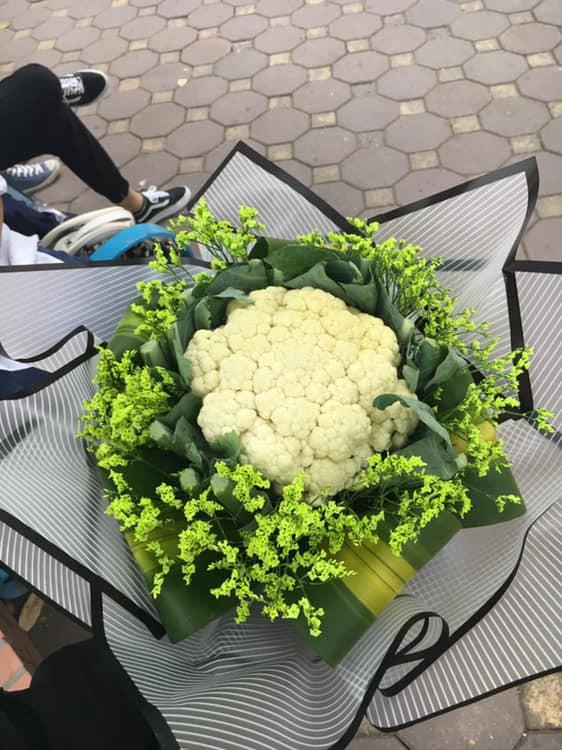Hoa làm bằng cây súp lơ chị giá 10.000 đồng: Gợi ý siêu tiết kiệm cho mùa kỷ yếu đang tới - Ảnh 1.