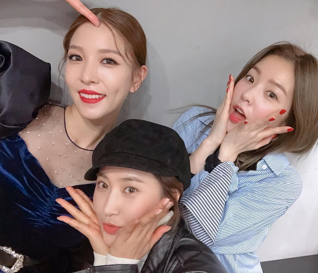 Đến buổi ghi hình của BoA vào sáng tinh mơ, hóa ra Yuri (SNSD) và Irene (RV) chỉ muốn xem điều này - Ảnh 2.
