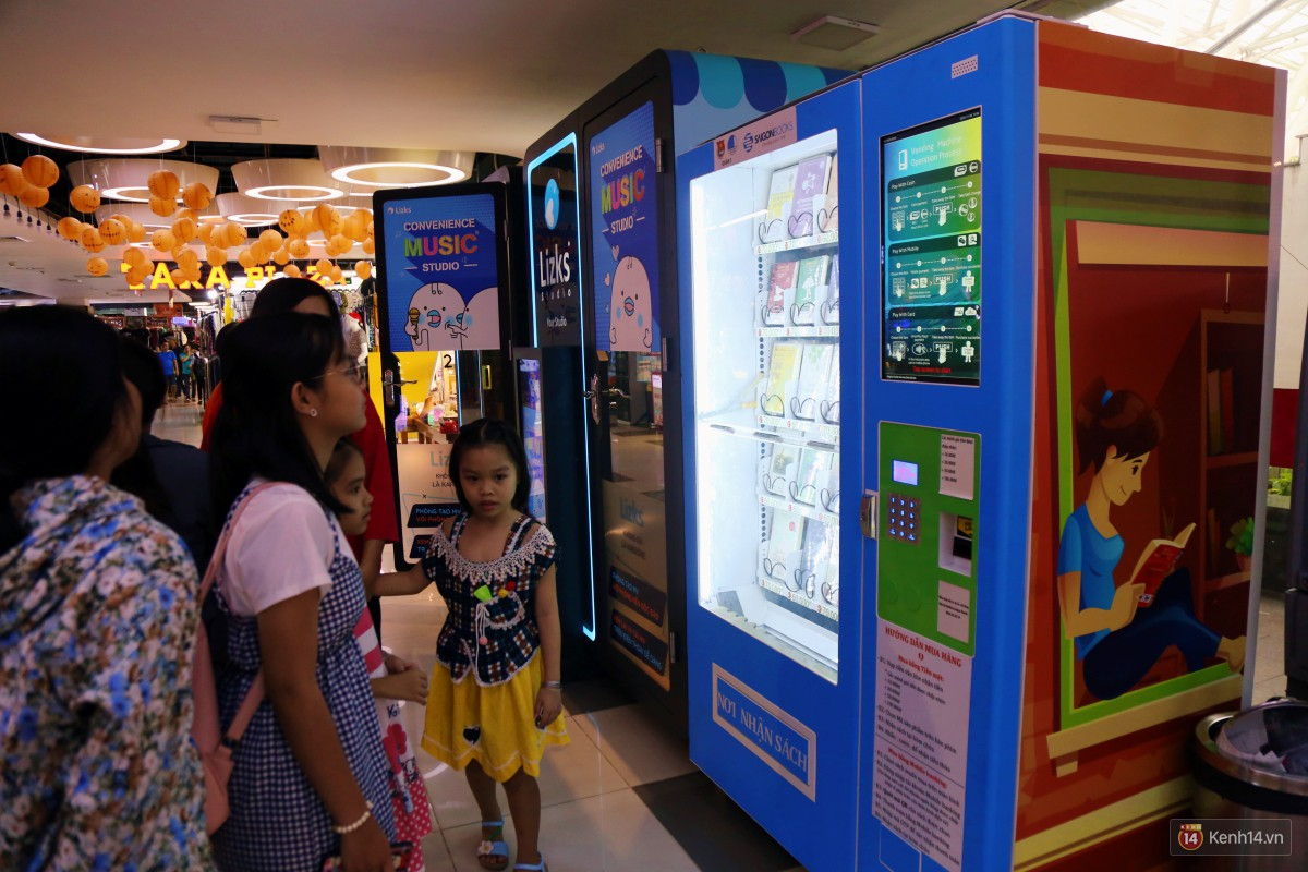 Trải nghiệm máy bán sách tự động đầu tiên dưới lòng đất trung tâm Sài Gòn - Ảnh 3.