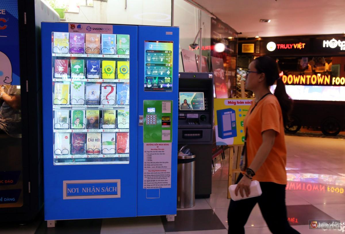 Trải nghiệm máy bán sách tự động đầu tiên dưới lòng đất trung tâm Sài Gòn - Ảnh 2.