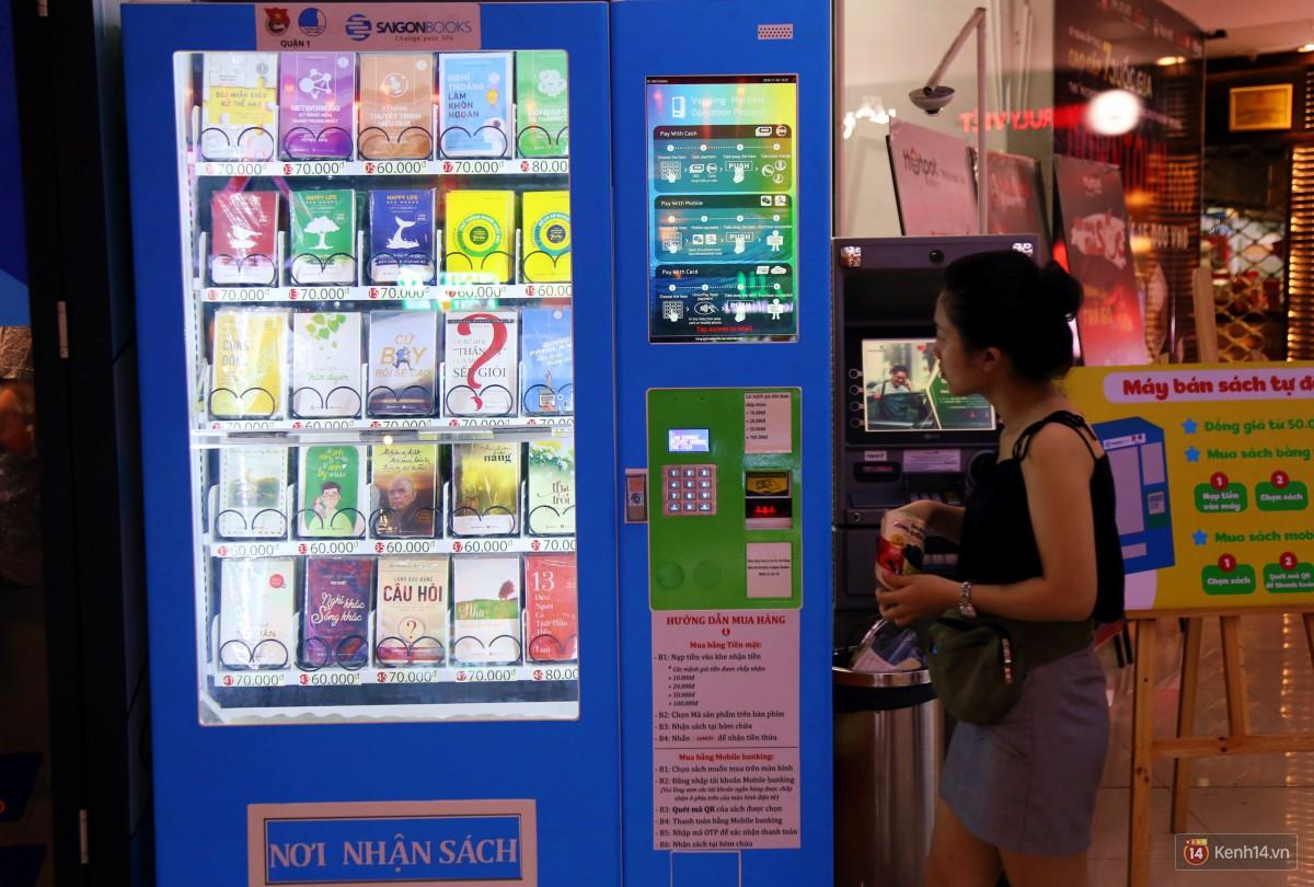 Trải nghiệm máy bán sách tự động đầu tiên dưới lòng đất trung tâm Sài Gòn - Ảnh 14.