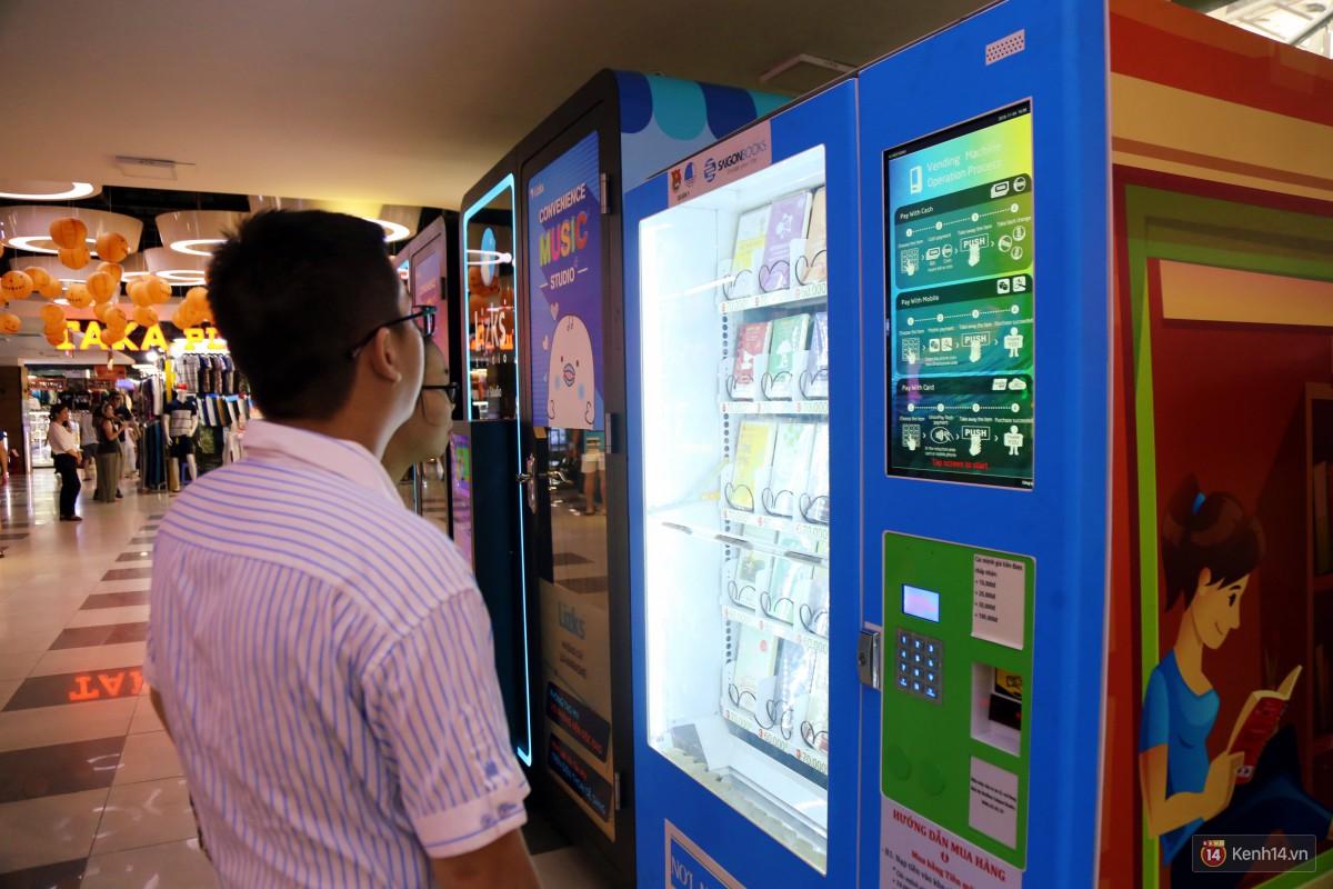 Trải nghiệm máy bán sách tự động đầu tiên dưới lòng đất trung tâm Sài Gòn - Ảnh 13.
