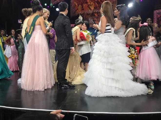 Clip: Người đẹp Việt bật khóc khi được gọi tên trở thành Tân Hoa hậu Trái đất - Ảnh 9.