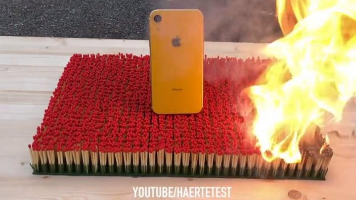 Hỏa thiêu iPhone XR với 10.000 que diêm và cái kết xót xa nhói lòng - Ảnh 1.