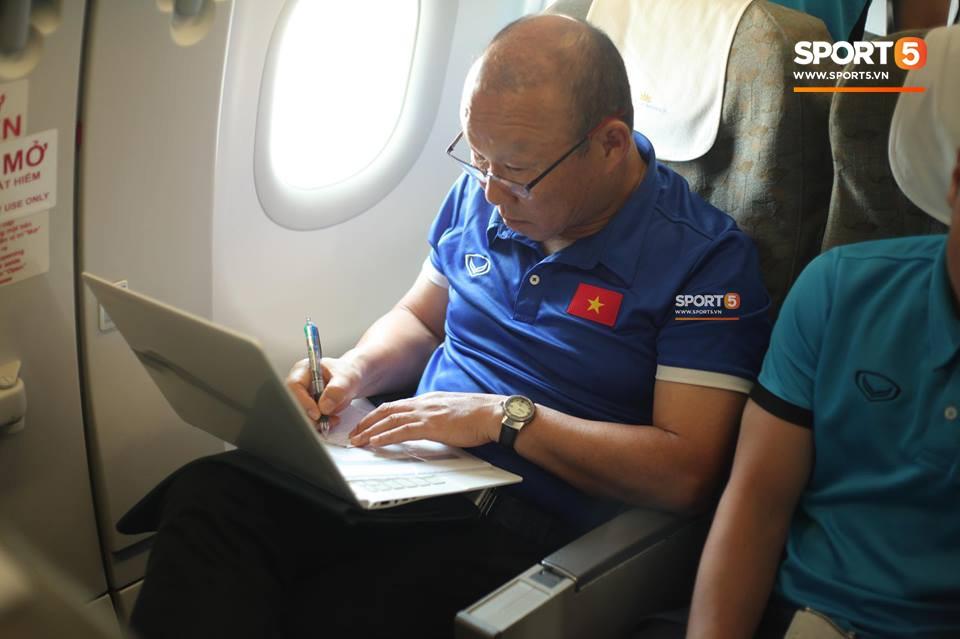 Các học trò chụp ảnh check-in tới tấp, còn HLV Park Hang-seo vẫn cần mẫn làm việc một mình trên máy bay - Ảnh 2.
