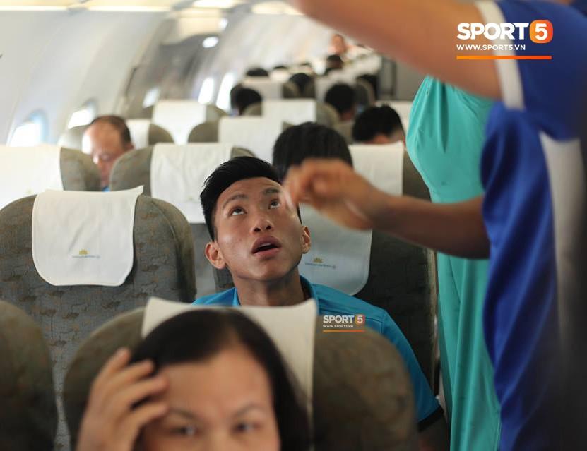 Các học trò chụp ảnh check-in tới tấp, còn HLV Park Hang-seo vẫn cần mẫn làm việc một mình trên máy bay - Ảnh 6.