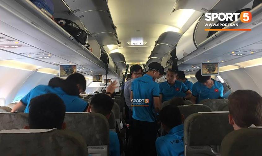 Các học trò chụp ảnh check-in tới tấp, còn HLV Park Hang-seo vẫn cần mẫn làm việc một mình trên máy bay - Ảnh 1.