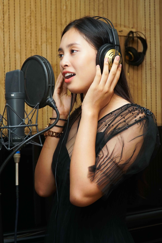 Clip: Hoa hậu Tiểu Vy bất ngờ khoe giọng hát với bản hit Lạc trôi sau tiết lộ là fan cuồng Sơn Tùng M-TP - Ảnh 2.