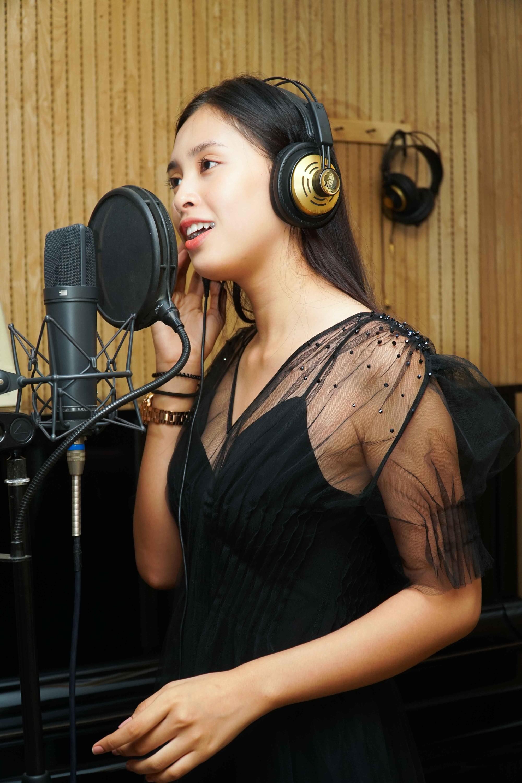 Clip: Hoa hậu Tiểu Vy bất ngờ khoe giọng hát với bản hit Lạc trôi sau tiết lộ là fan cuồng Sơn Tùng M-TP - Ảnh 3.