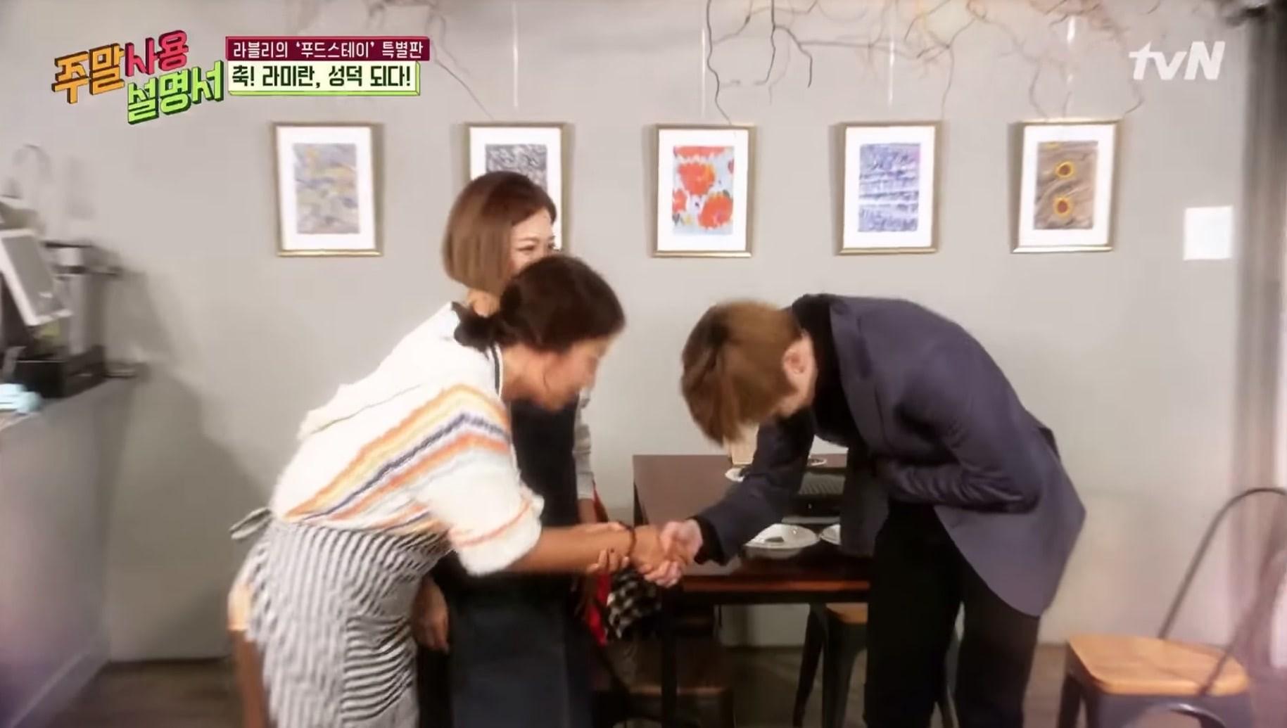 Fan girl 43 tuổi vui mừng đến mức trốn xuống bàn khi được gặp Kang Daniel bằng xương bằng thịt - Ảnh 4.