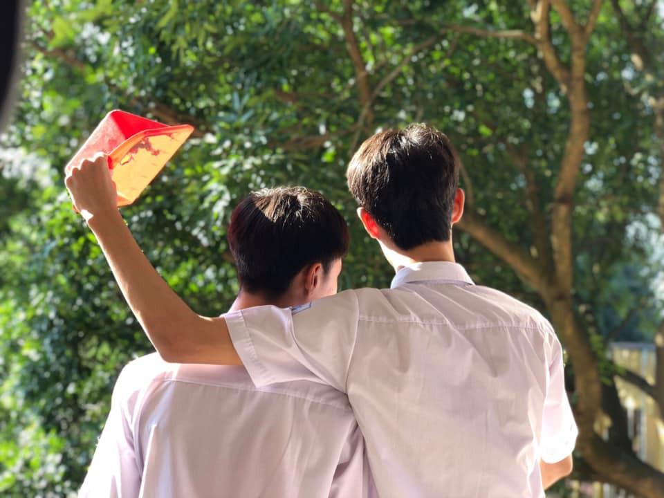 Bức ảnh 2 nam sinh che nắng cho nhau tưởng đam mỹ lãng mạn nhưng nhìn kỹ mới thấy điều bất thường - Ảnh 2.