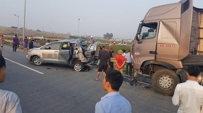 Vụ lùi xe trên cao tốc khiến xe container đâm Innova: Luật sư nói gì? - Ảnh 1.