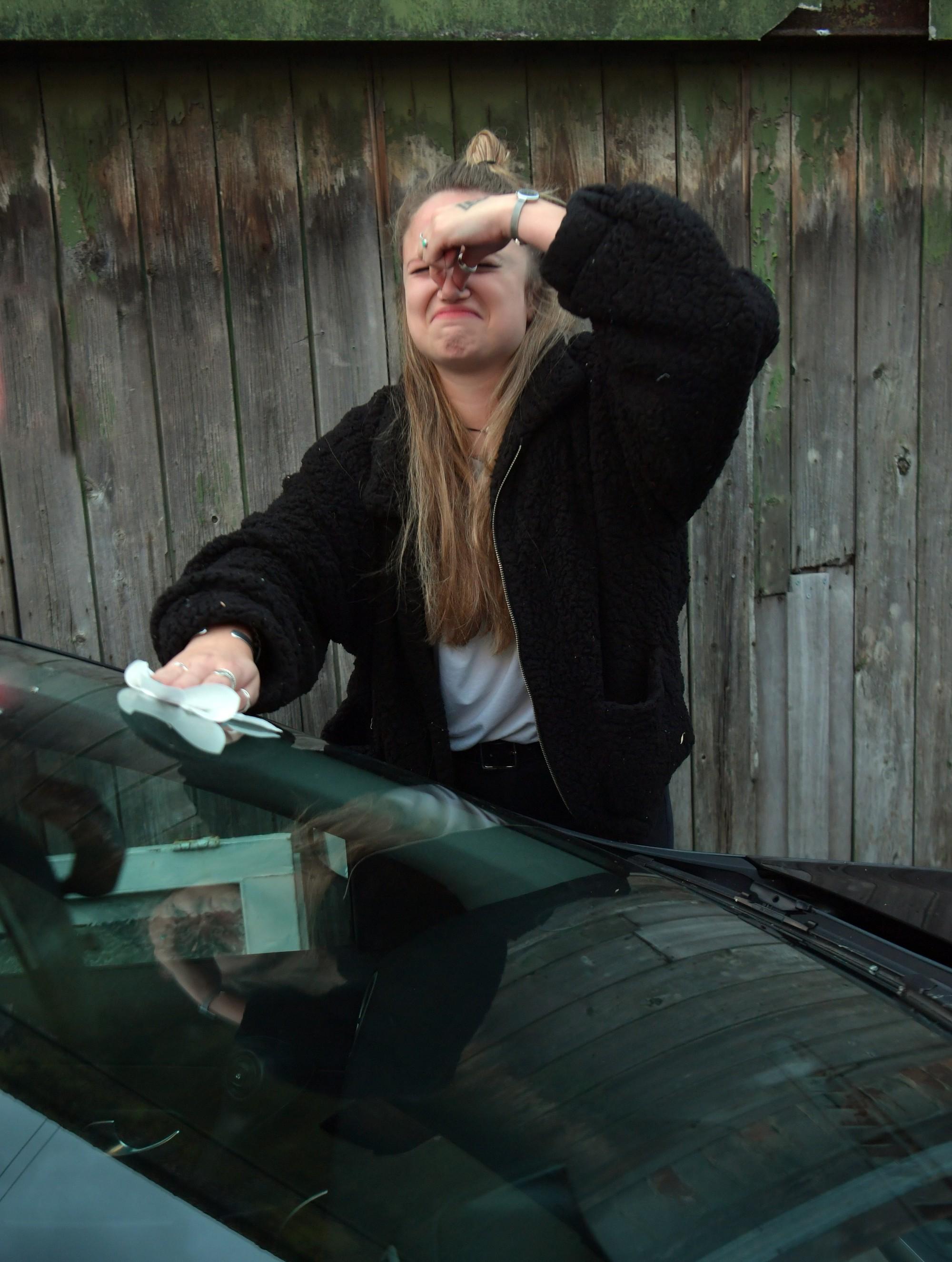 Góc hẩm hiu: Bị kẻ gian thả mìn lên xe hơi 2 lần liên tiếp, thiếu nữ Anh quyết định mang tang vật đi xét nghiệm ADN tìm thủ phạm - Ảnh 2.