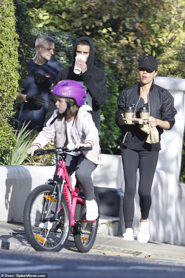 Victoria Beckham để mặt mộc đưa Harper và các con trai dạo phố sau khi bị chỉ trích có hành động xa cách - Ảnh 1.