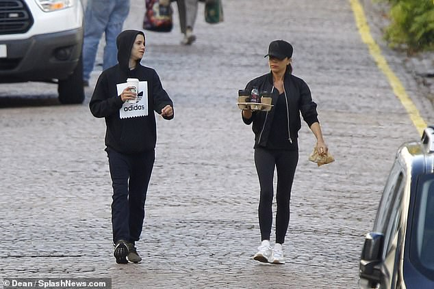 Victoria Beckham để mặt mộc đưa Harper và các con trai dạo phố sau khi bị chỉ trích có hành động xa cách - Ảnh 6.