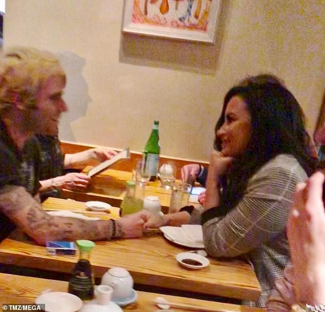 Vừa rời trung tâm cai nghiện, Demi Lovato bị bắt gặp hẹn hò và nắm tay trai đẹp mới - Ảnh 1.