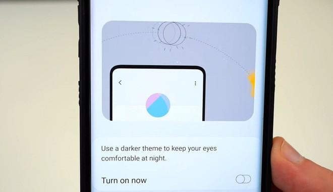 Samsung Galaxy S10 lộ ảnh: Màn hình tràn viền ăn đứt iPhone XS, mịn căng không tì vết - Ảnh 1.