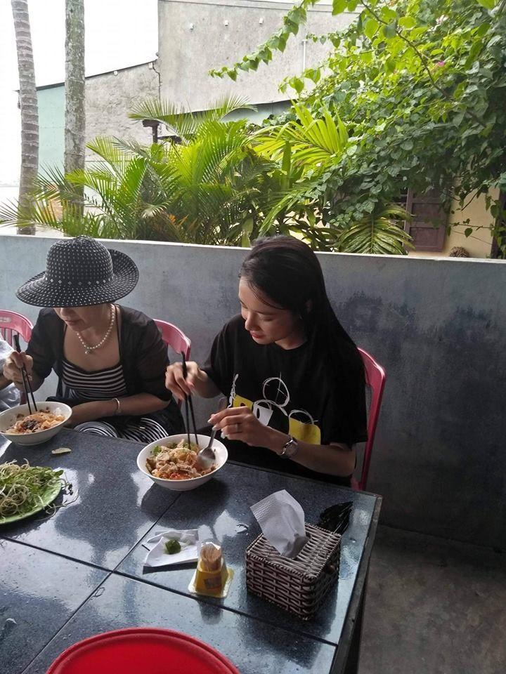 Trường Giang - Nhã Phương tích cực diện đồ đôi, cùng về quê Quảng Nam sau hơn 1 tháng làm đám cưới - Ảnh 1.