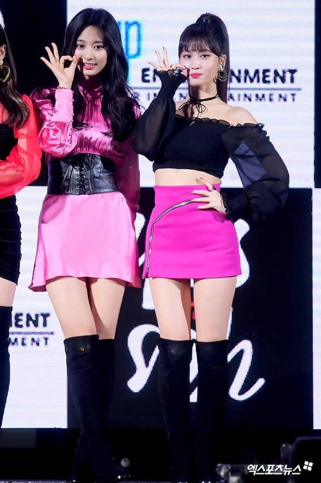 """Tốc váy lộ quần bảo hộ, """"hớ hênh"""" ngay trên sân khấu: Do stylist của Twice hay Tzuyu cố tình? - Ảnh 3."""
