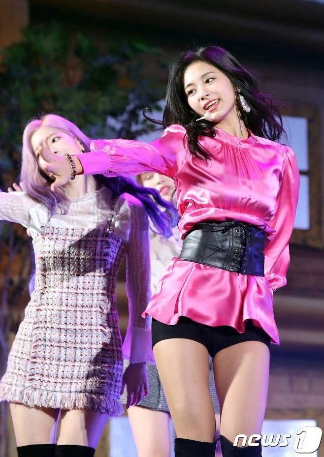 """Tốc váy lộ quần bảo hộ, """"hớ hênh"""" ngay trên sân khấu: Do stylist của Twice hay Tzuyu cố tình? - Ảnh 4."""