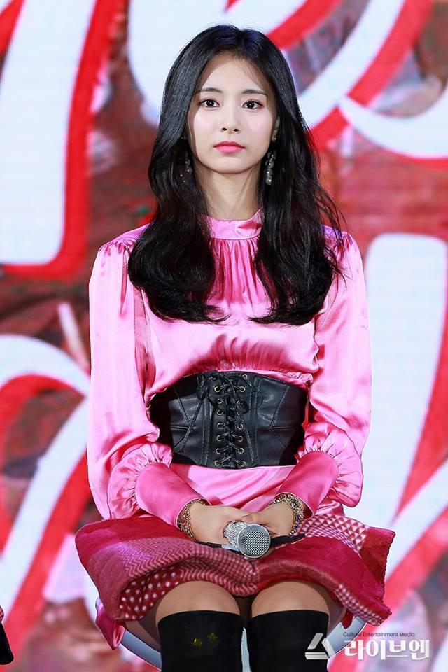 """Tốc váy lộ quần bảo hộ, """"hớ hênh"""" ngay trên sân khấu: Do stylist của Twice hay Tzuyu cố tình? - Ảnh 2."""
