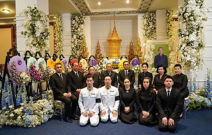 Ban lãnh đạo và cầu thủ Leicester sang Thái Lan viếng cố Chủ tịch Vichai - Ảnh 11.