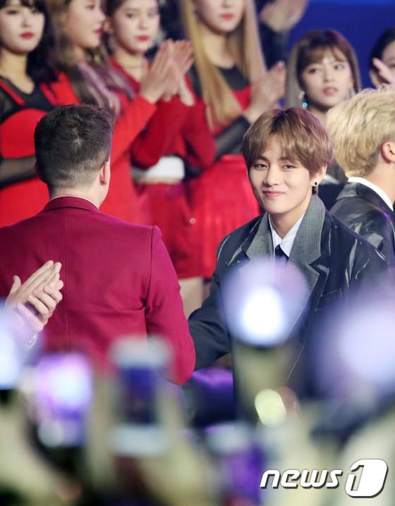Thảm đỏ hot nhất châu Á: BTS và Charlie Puth tay bắt mặt mừng, mỹ nhân đẹp nhất thế giới Tzuyu đánh bật dàn sao - Ảnh 8.