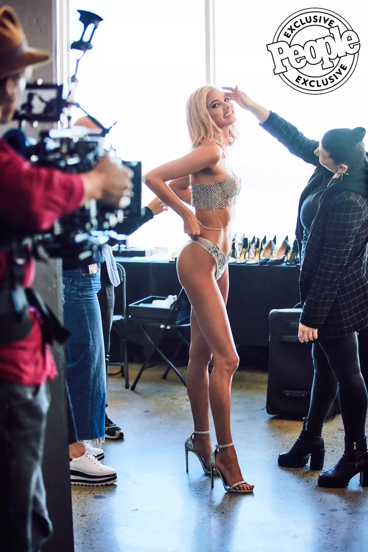 HOT: Lộ diện Fantasy Bra giá 23 tỉ VNĐ của Victorias Secret Fashion Show 2018 nhưng người được diện nó mới là điều bất ngờ nhất - Ảnh 2.