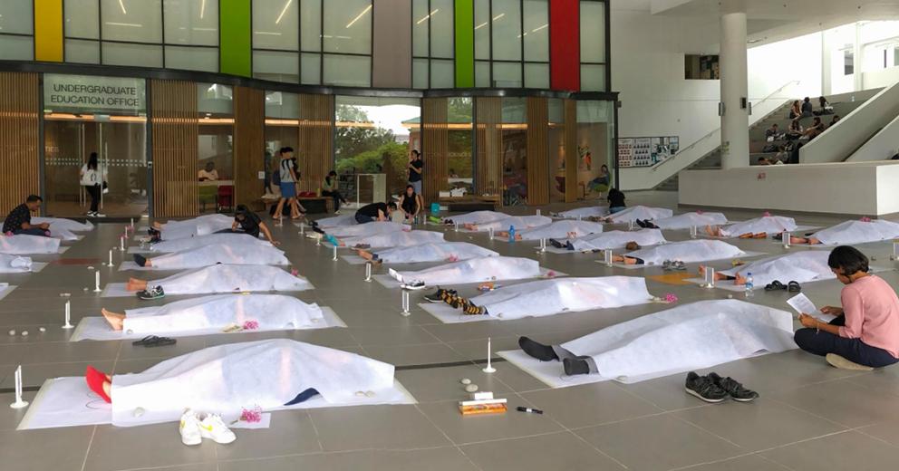 Trường đại học Singapore cho sinh viên giả vờ nằm đắp chiếu ra đi chân lạnh toát để trải nghiệm cái chết - Ảnh 1.